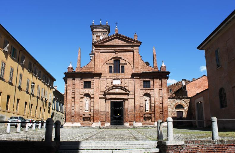 La facciata della chiesa di S. Omobono