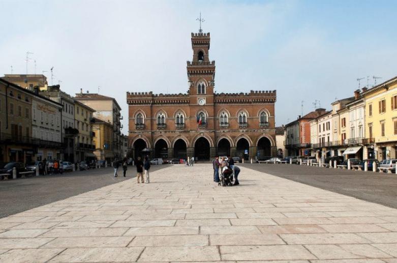 Piazza Garibaldi Casalmaggiore, Monumenti Cremona