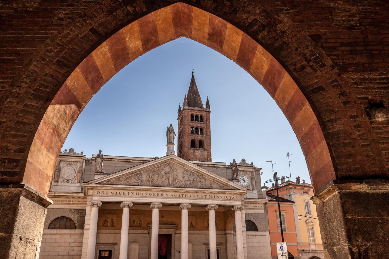 La facciata di Sant'Agata vista dal portico di Palazzo Cittanova