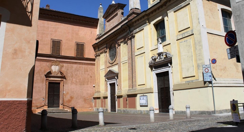 La facciata di Sant'Abbondio e la sua piazzetta