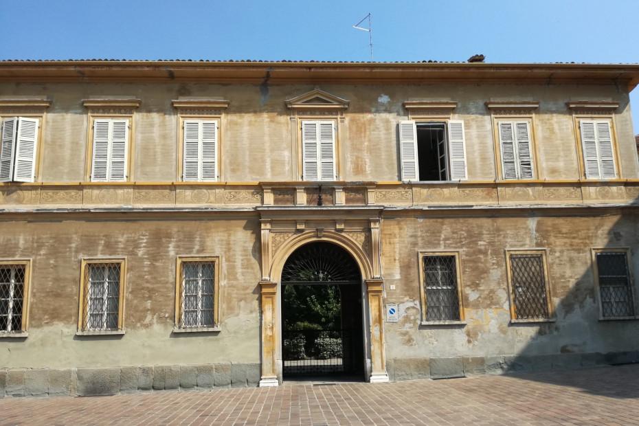 L'ingresso di Casa Vergani su piazza San Michele