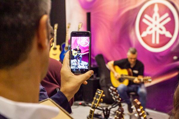 Acoustic Guitar Village a Cremona Musica Exhibitions