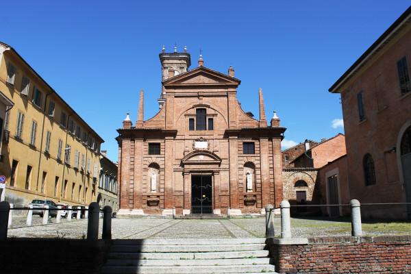 La facciata della chiesa di Sant'Omobono
